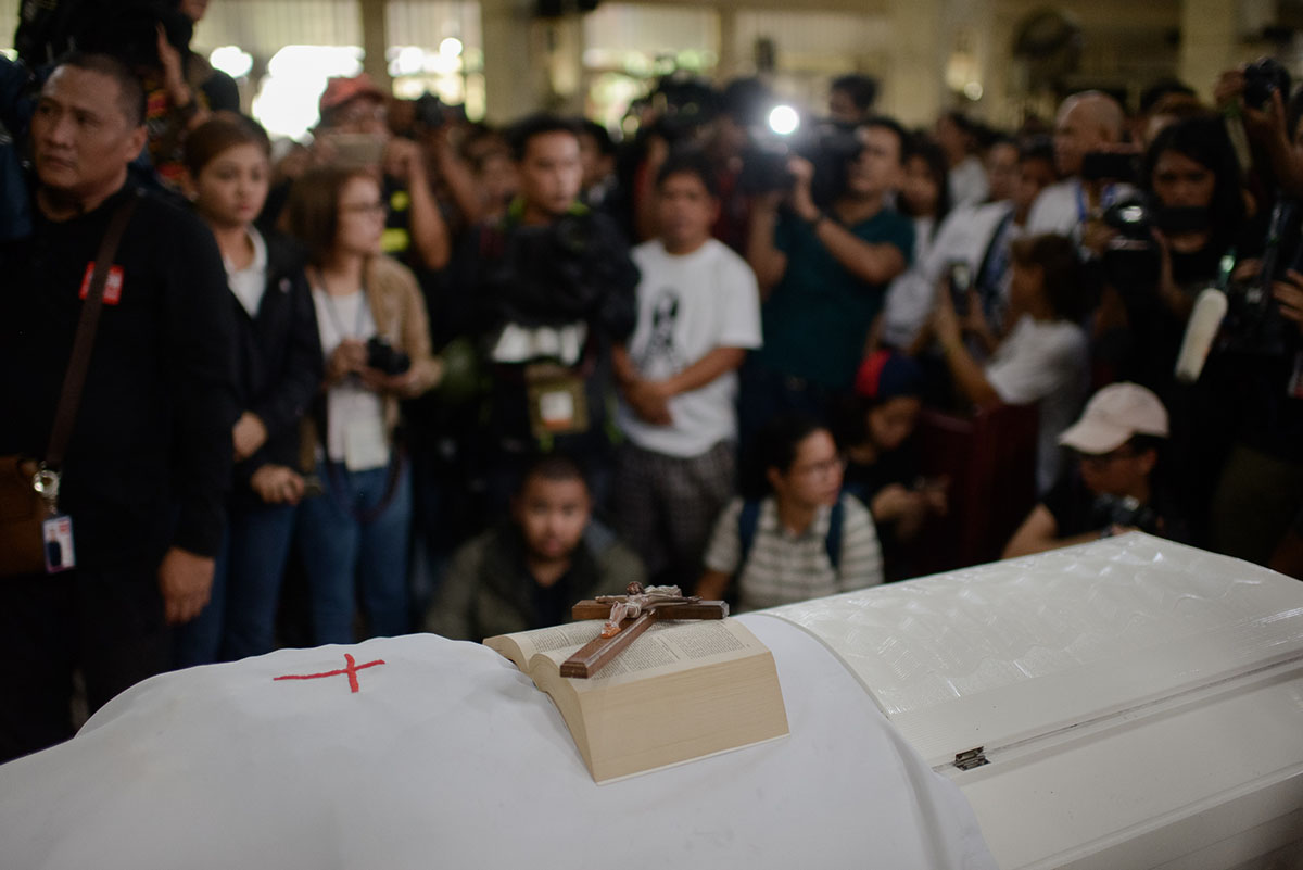 REST IN PEACE. The coffin bearing Kian delos Santos' body, surrounded by family, friends, and media. Photo by Eloisa Lopez/Rappler