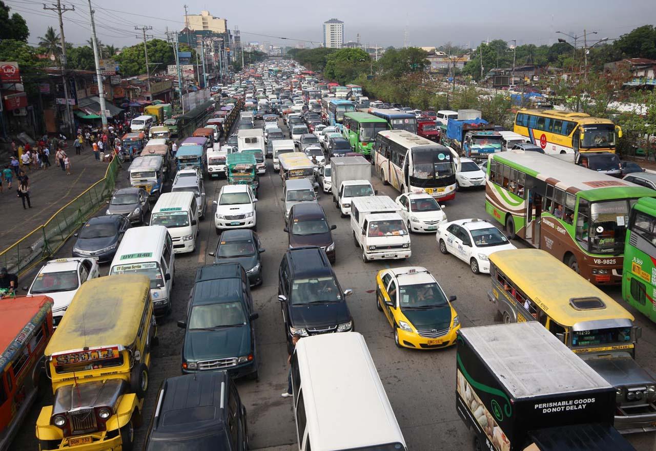 DAILY STRUGGLE. Traffic on Commonwealth Avenue, Quezon City. File photo by Joel Liporada/Rappler