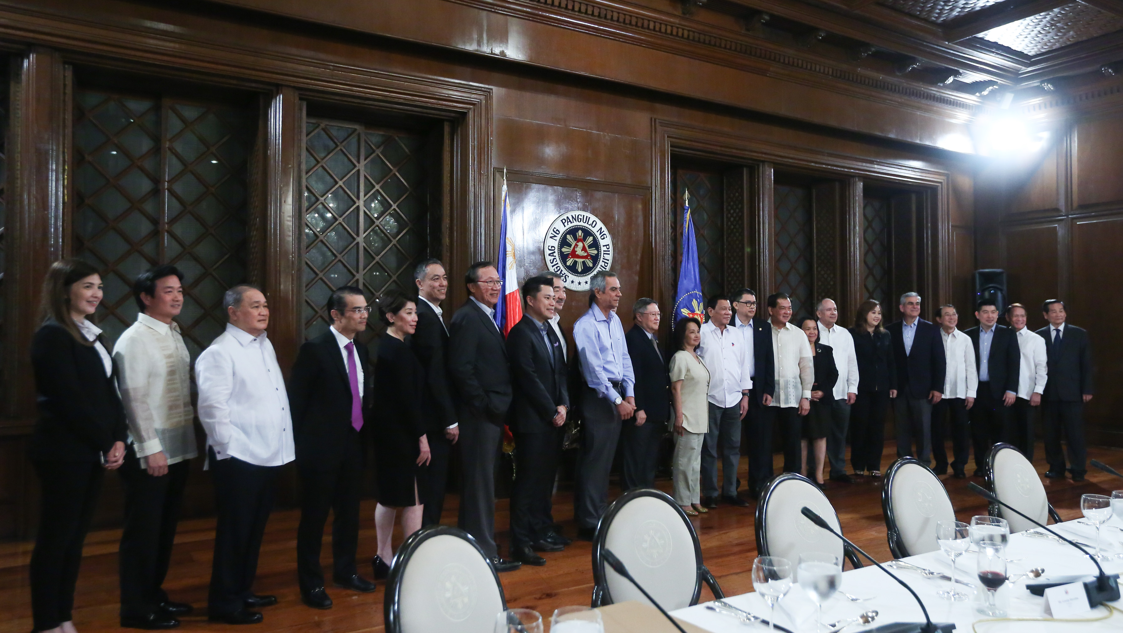 GROUP PHOTO. President Rodrigo Duterte and the top Philippine businessman pose for a photo following a meeting at the President's Hall in Malacanang on January 17, 2017. Photo from Presidential Photo