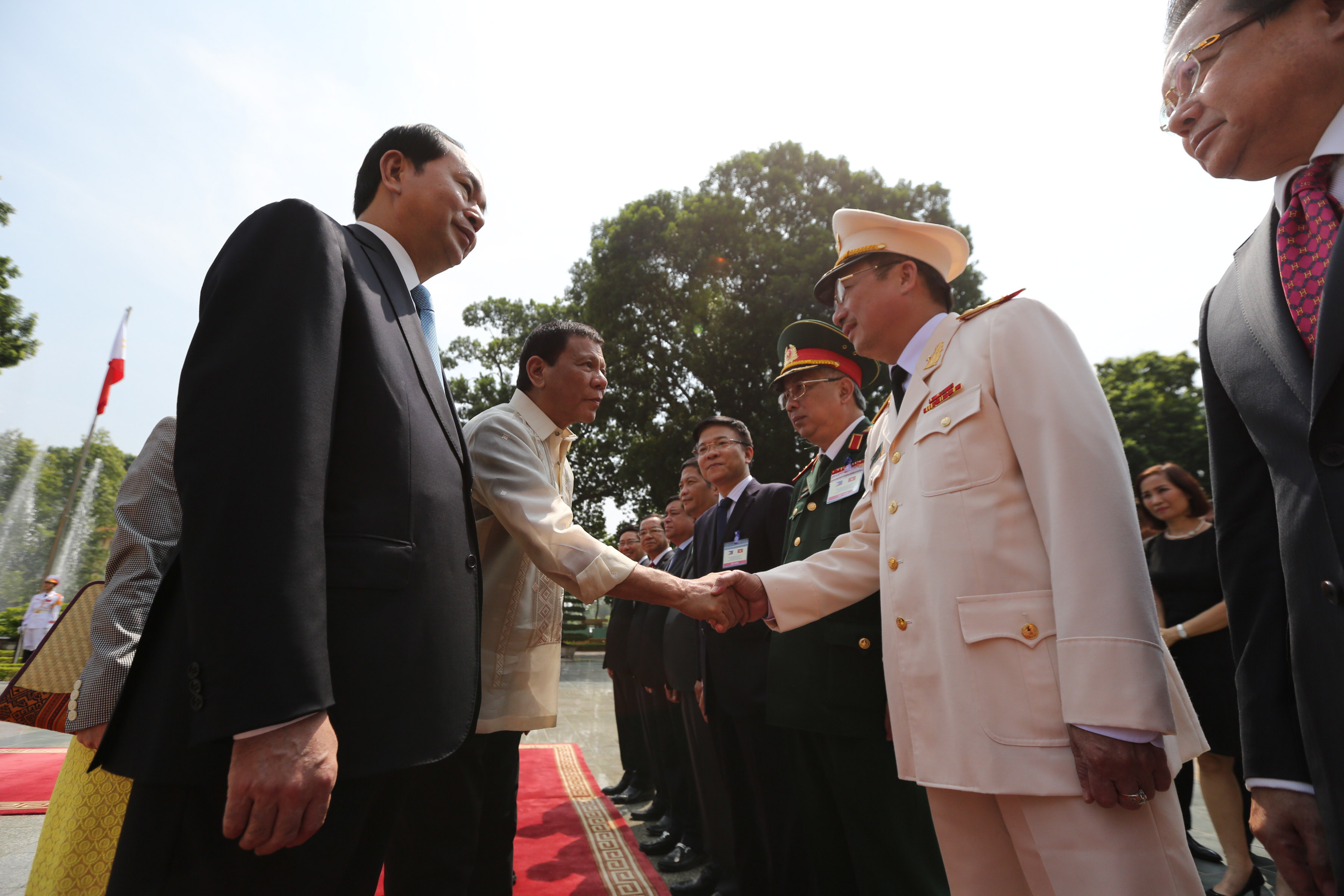 'GOOD ATMOSPHERE.' President Rodrigo Duterte shakes hands with Vietnamese officials beside Vietnamese President Tran Dai Quang at the State Palace in Hanoi on September 29, 2016. Photo by KING RODRIGUEZ/ Presidential Photo