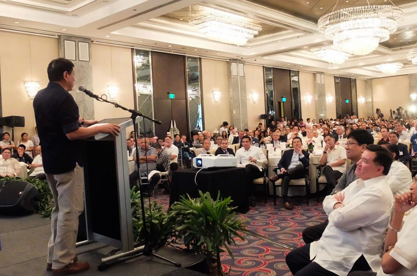 WITH BUSINESS LEADERS. Presidential candidate and Davao City Mayor Rodrigo Duterte speaking to businessmen in a forum at a hotel in Makati City on April 27. Photo by Alecs Ongcal/Rappler