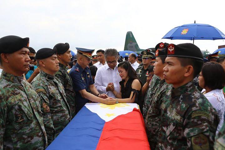 'FALLEN 44.' Deputy Director General Leonardo Espina and Interior Secretary Mar Roxas during the arrival of 42 of 44 slain SAF troopers at the Villamor Airbase. PNP PIO file photo