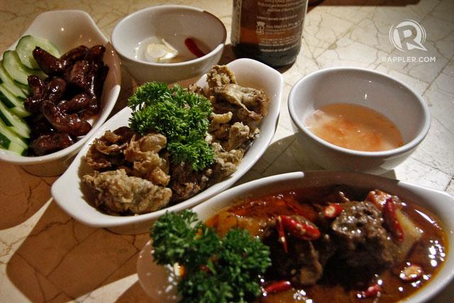 DINNER. The Oarhouse Pub serves Anthony Bourdain Pampanga's mini longganisa, chicharon bulaklak, and beef caldereta. Photo by Vincent Go/Rappler