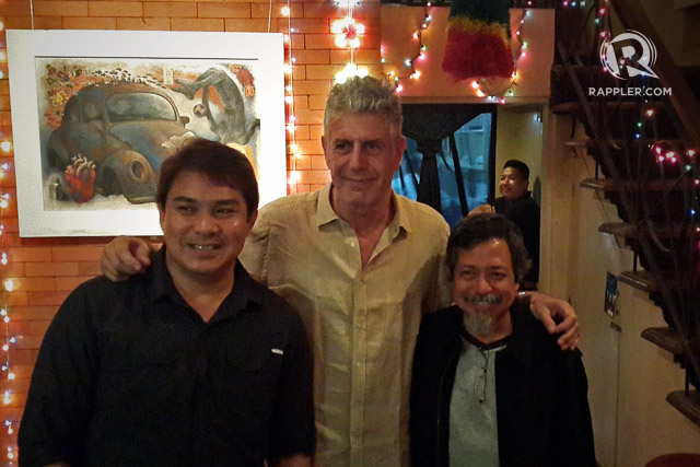 'PARTS UNKNOWN.' Anthony Bourdain with Mindanao photojournalist Mark Navales and retired photojournalist, Oarhouse Bar owner Ben Razon. Photo by Vincent Go/Rappler