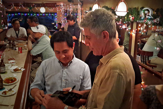 FAN. Anthony Bourdain spends time chatting with restaurant customers. Photo by Vincent Go/Rappler