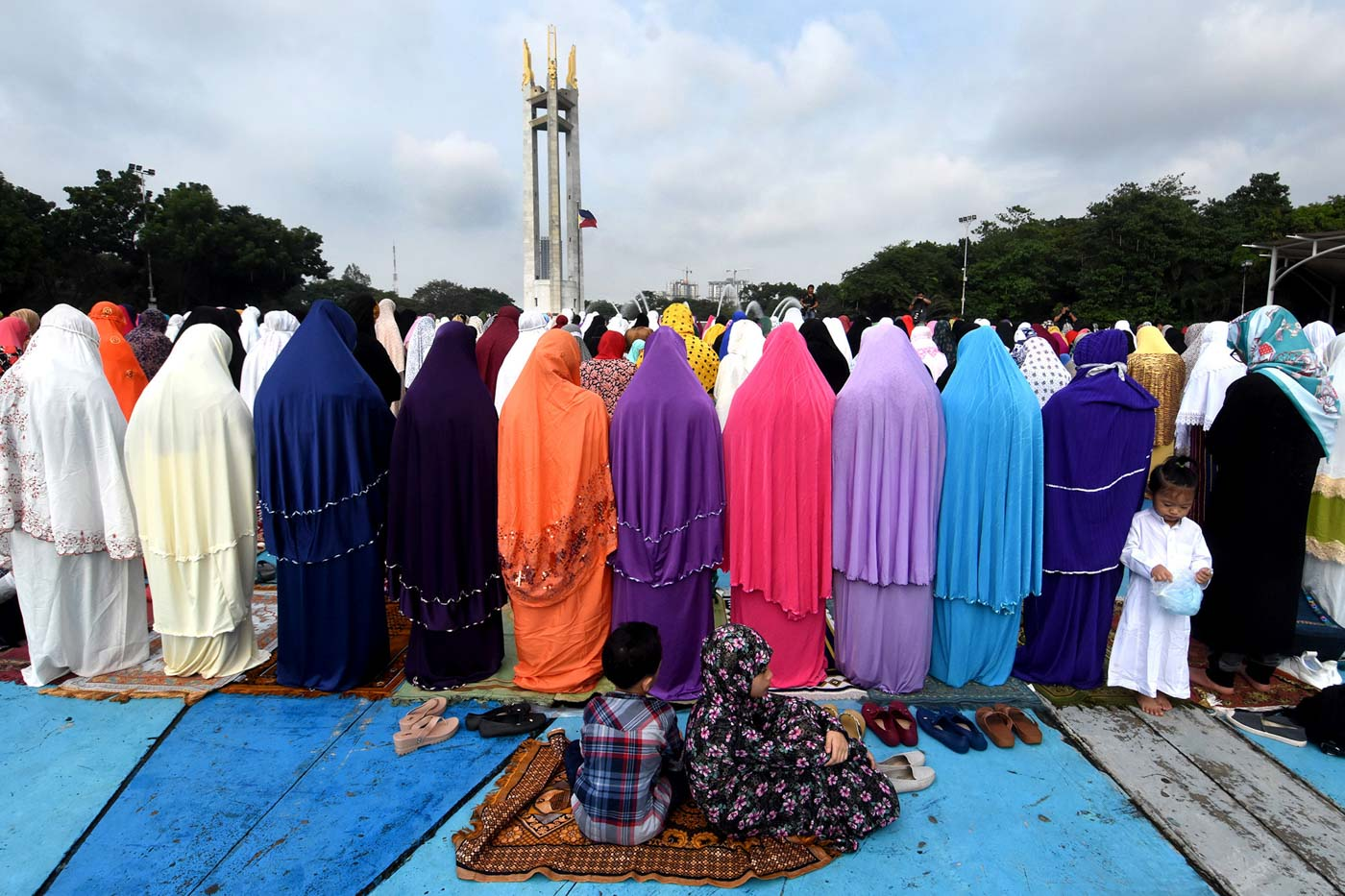 LANDMARK. Muslim women stand in prayer during the Eid'l Adha at the Quezon Memorial Cirlce in Quezon City on August 21, 2018. Photo by Angie de Silva/Rappler