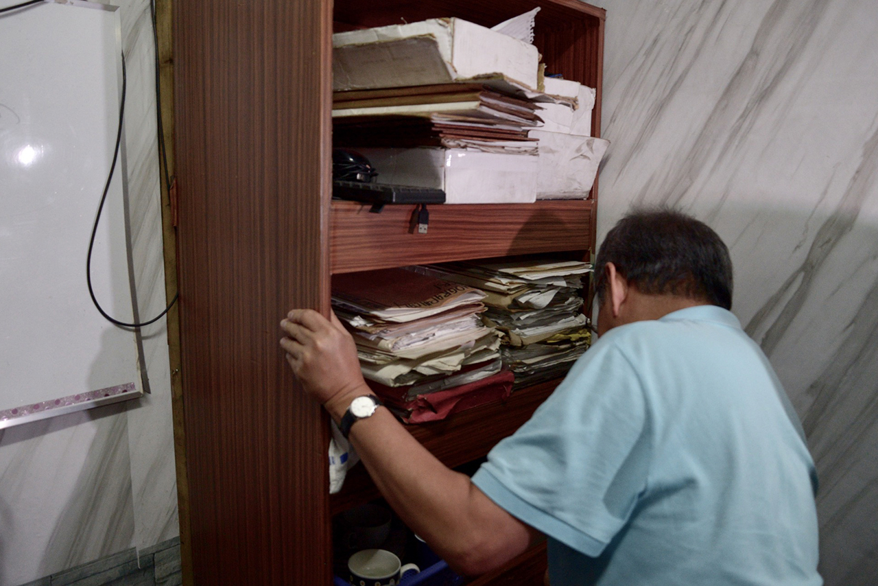 BOOKSHELF? Detainees are kept behind a bookshelf in Manila Police Station 1. Photo by Eloisa Lopez