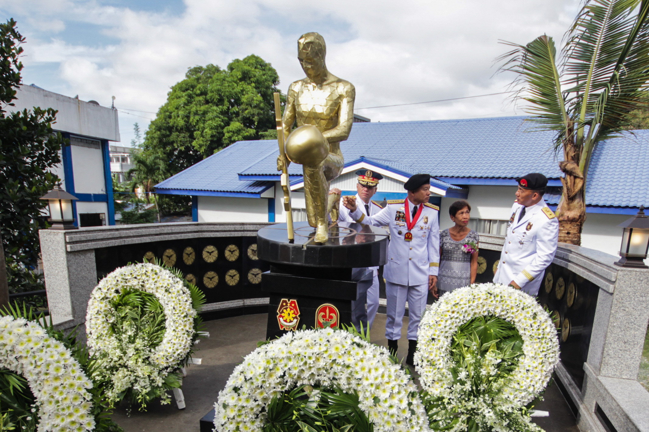 WREATH-LAYING. Police officials offer wreaths in remembrance of the fallen SAF 44. Photo by Lito Borras/Rappler