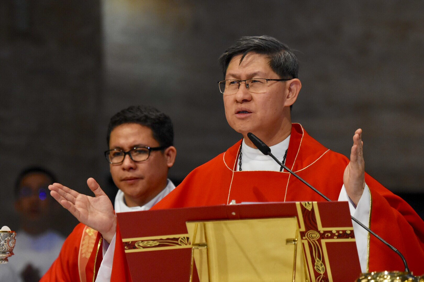 TOP PRELATE. Manila Archbishop Luis Antonio Cardinal Tagle leads the Good Friday service at the Manila Cathedral on March 30, 2018. Photo by Angie de Silva/Rappler