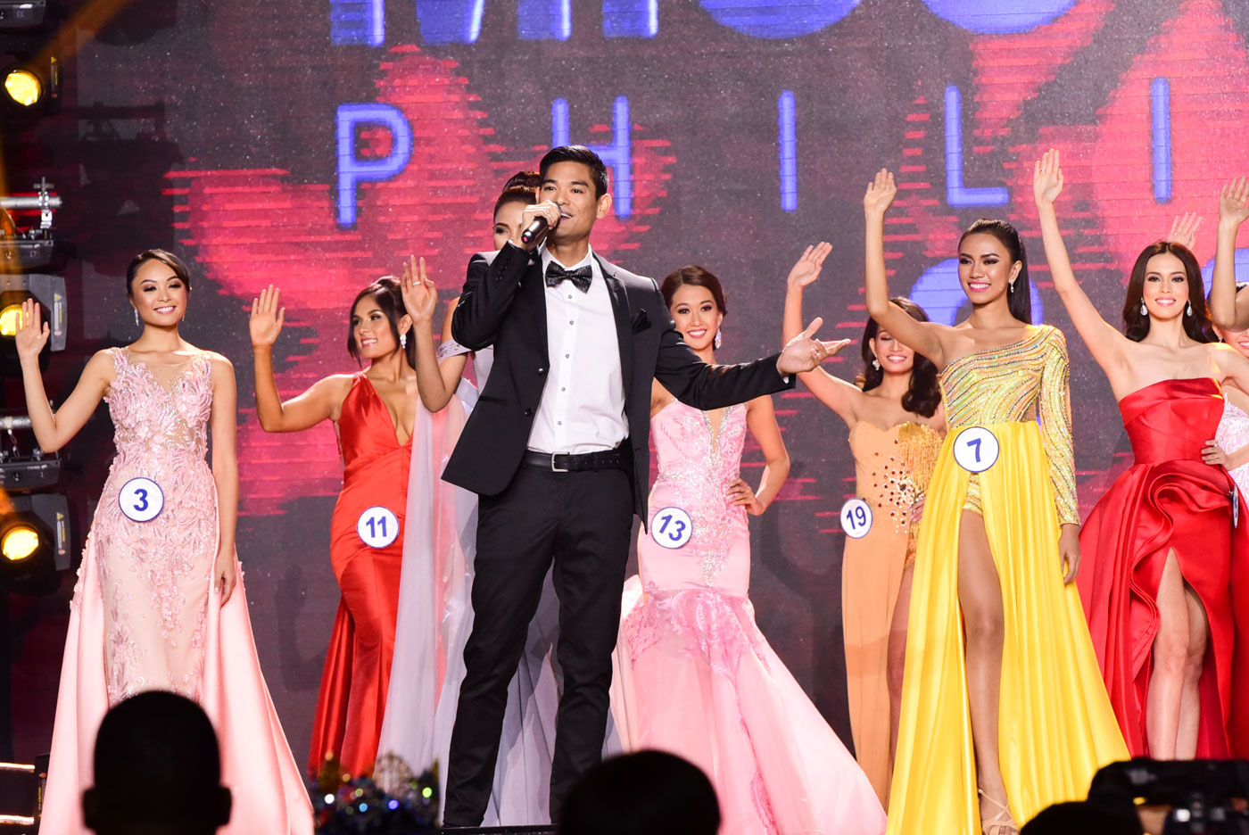 Jay R performs while contestants #3 Glyssa Leian Perez, #11 Gabriela Ortega, #13 Kathryn Cudiamat, #19 Joanna Marie Rabe, #7 Jane Darren Genobisa walk the stage.
