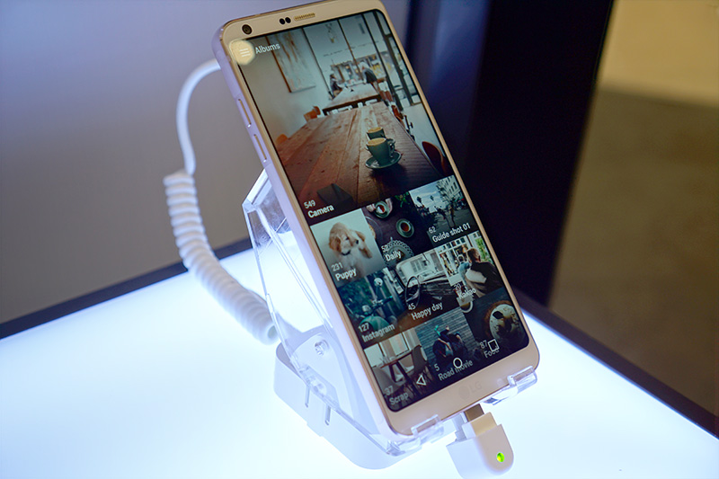 ON DISPLAY. The G6 looks longer than your usual phone because of its 18:9 aspect ratio. Photo by Anna Marcelo/Rappler