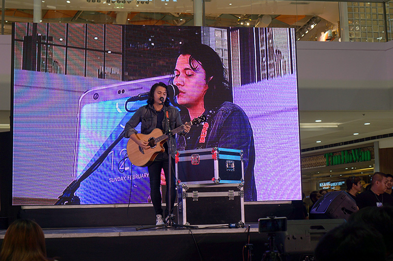 OPENING PERFORMANCE. The rock vocalist opens the launch with a medley of songs. Photo by Anna Marcelo/Rappler