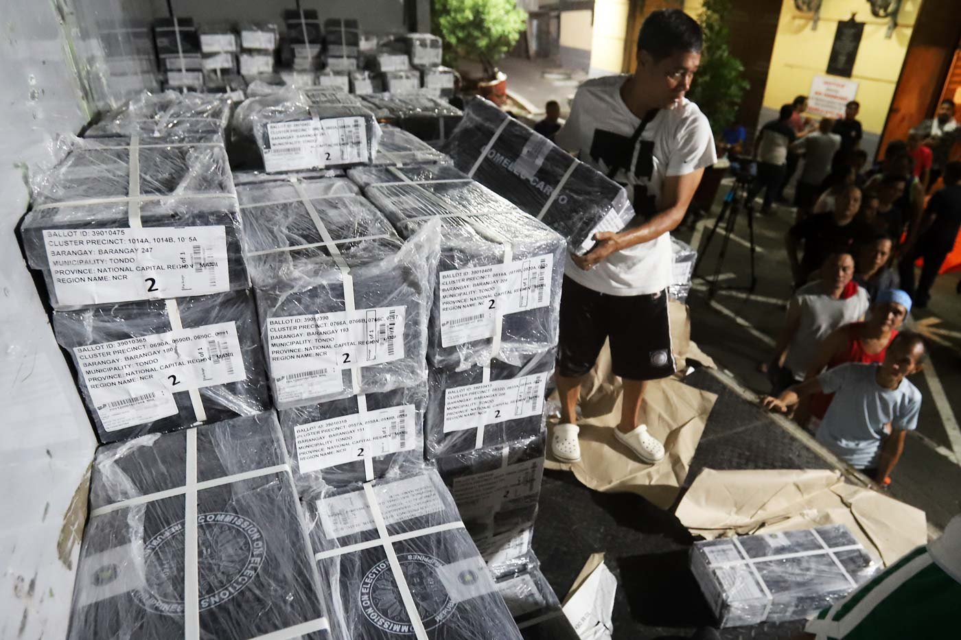 BALLOTS. Workers unload official ballots for the coming midterm polls for local officials, senators, and party-list groups at the Manila City Hall on May 5, 2019. Photo by Ben Nabong/Rappler