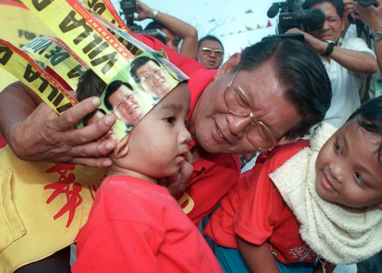 CAMPAIGN TRAIL. Renato de Villa on the last day of campaigning for the May 1998 elections. File photo by Romeo Gacad/AFP