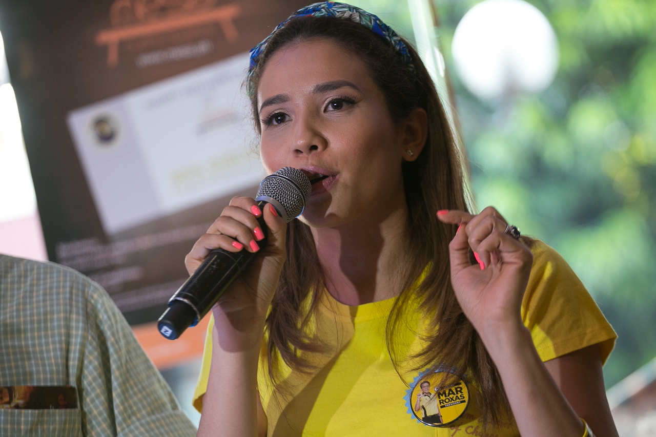 Karylle explaining why she's for Mar Roxas. Photo by Manman Dejeto/Rappler