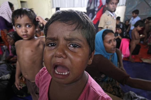Salah satu pengungsi anak-anak Bangladesh-Myanmar menangis karena kelaparan di Kuala Langsa, Aceh, 15 Mei 2015. Foto oleh EPA
