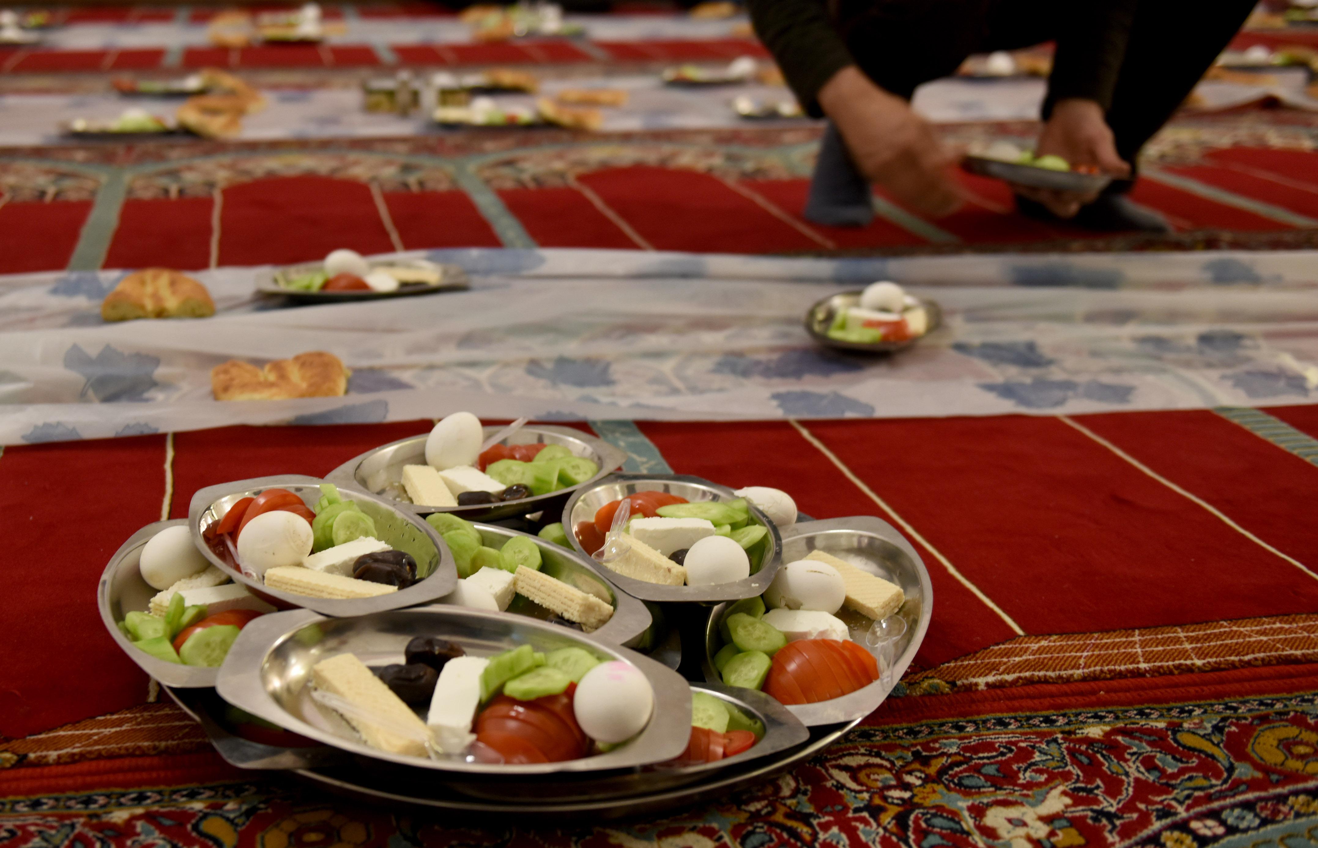 Pengurus masjid mempersiapkan makanan untuk berbuka puasa Ramadan. Foto oleh Hermanus Prihatna/Antara