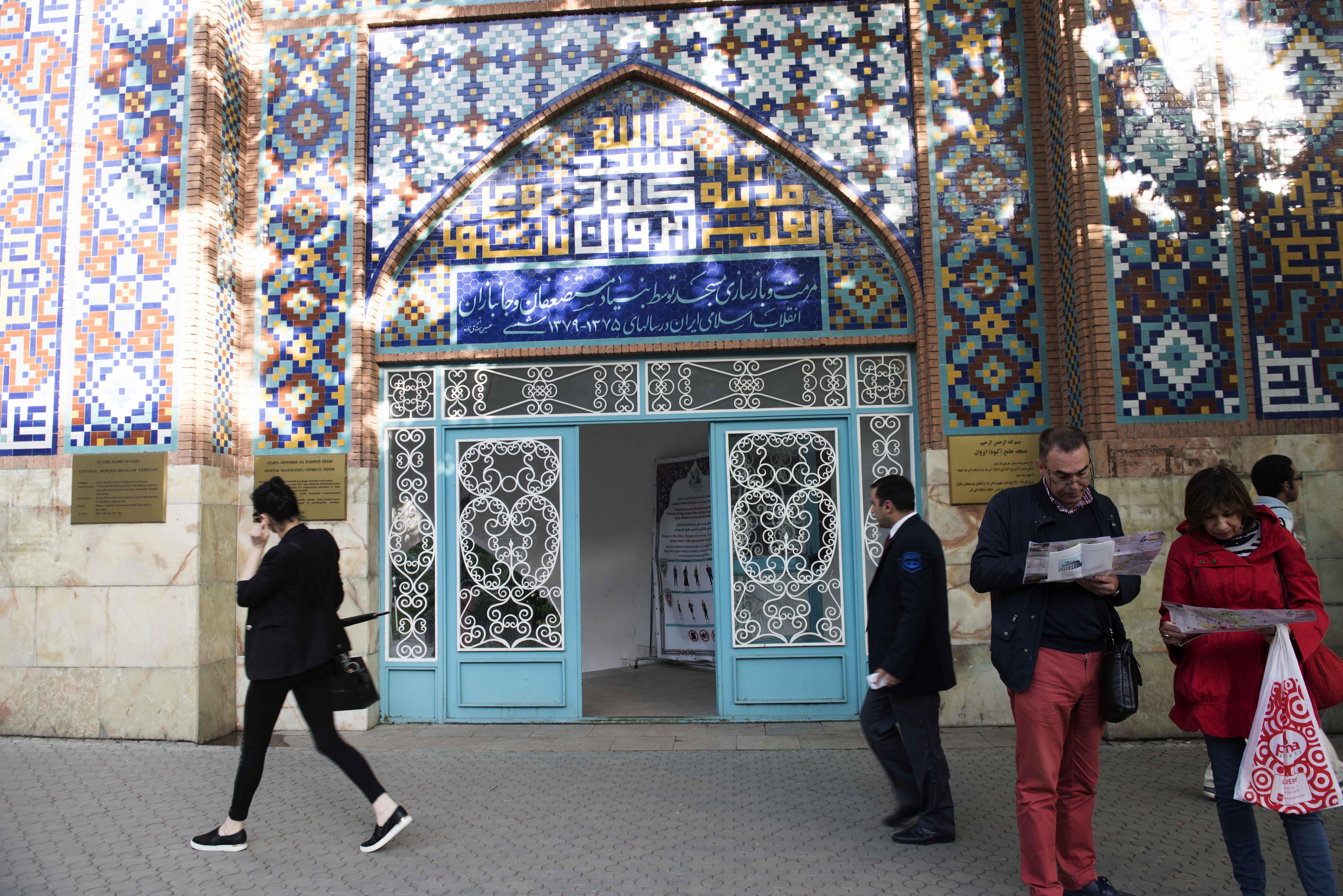 Pintu masuk Blue Mosque of Yerevan yang berdiri di tepi jalan Mashtots Avenue, Yerevan. Foto oleh Hermanus Prihatna/Antara