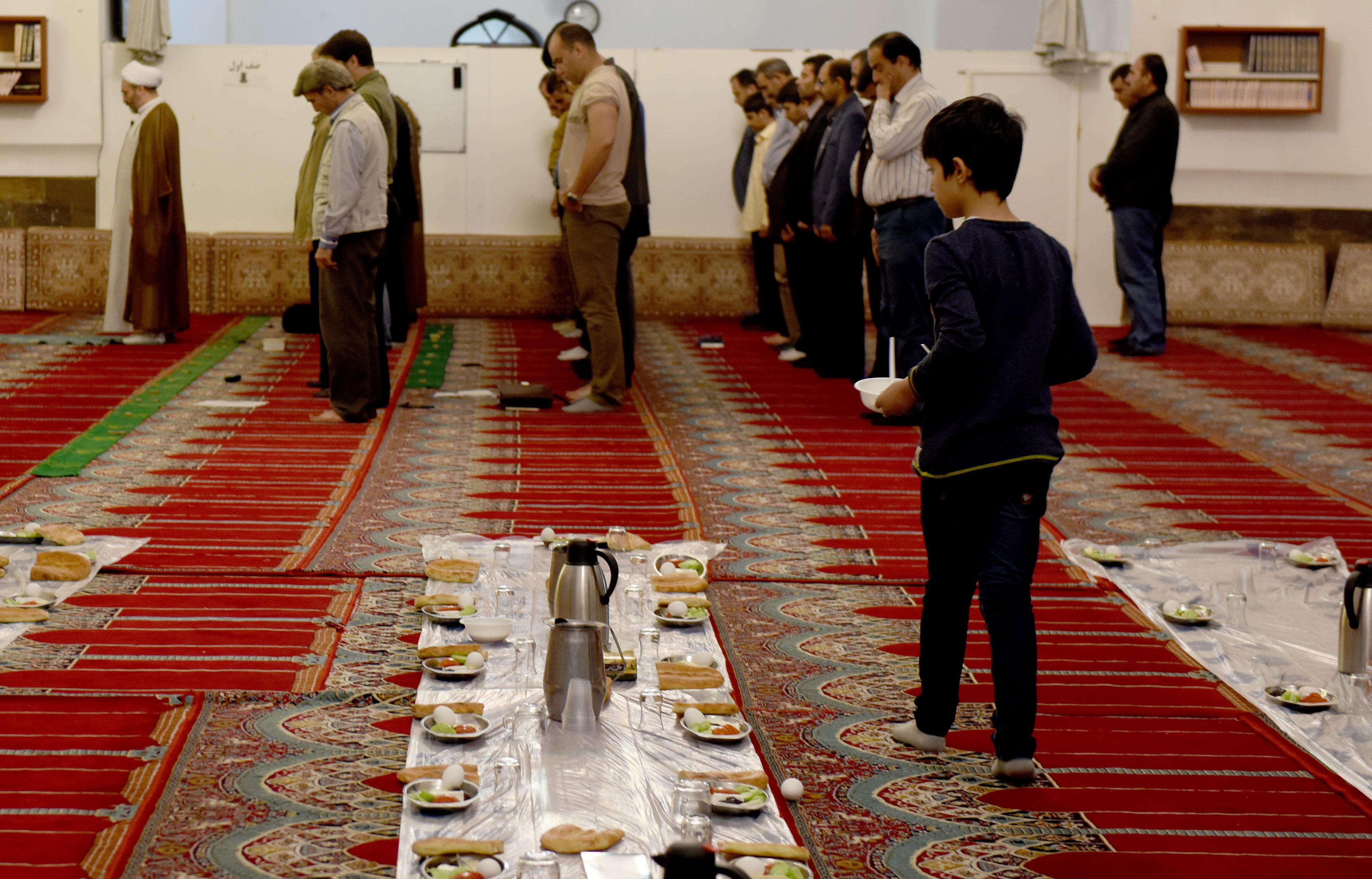Jemaah menunaikan salat Magrib pada bulan Ramadan di Blue Mosque of Yerevan. Foto oleh Hermanus Prihatna/Antara