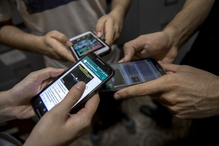 ADDICTED. Patients from therapeutic group on digital dependence 'Delete' show their cellphones inside a clinic in Rio de Janeiro, Brazil on October 20, 2017. Mauro Pimentel/AFP