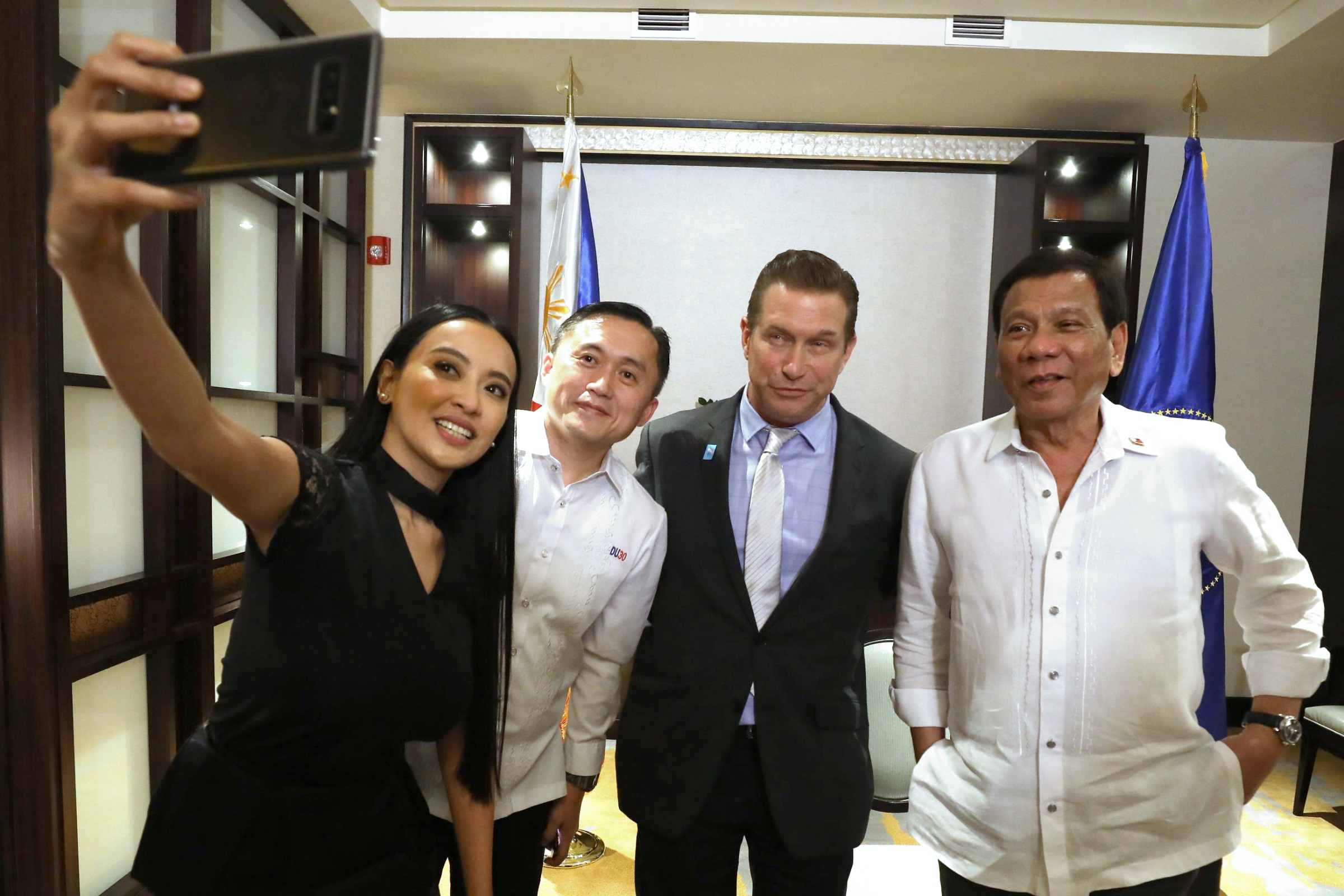 GOVERNMENT AND SHOWBIZ. President Rodrigo Duterte poses for a photo with Hollywood actor Stephen Baldwin, Special Assistant to the President Bong Go, and PCOO Assistant Secretary Mocha Uson. Malacau00f1ang photo