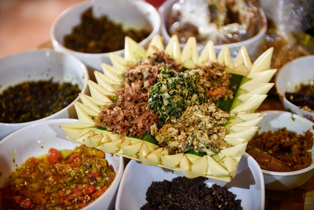 SESAJEN. Lima jenis lawar yang dibuat oleh Gusti Nyoman Darta dijadikan sebagai sesajen. Foto oleh Matt Oldfield/Ubud Food Festival.