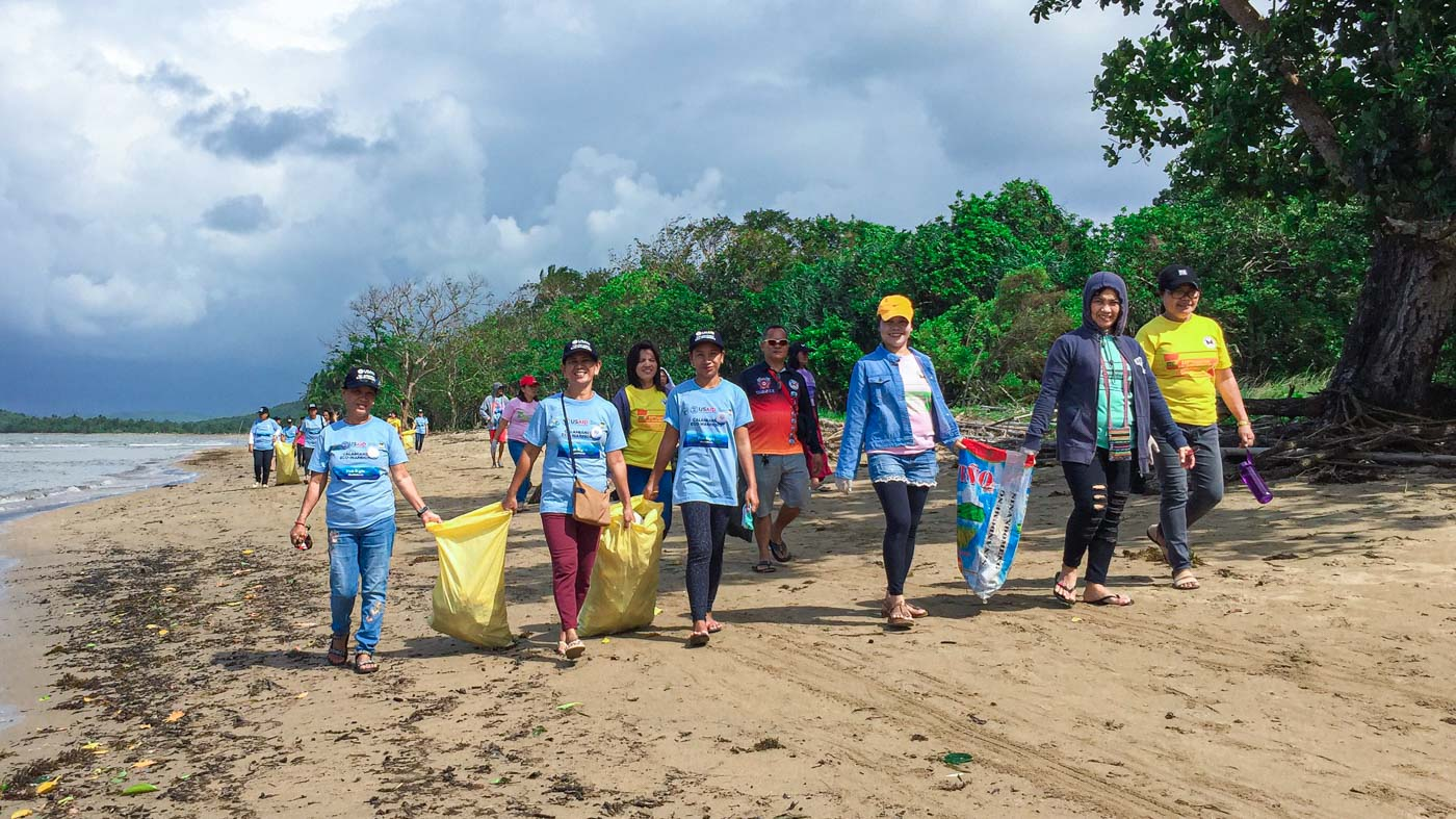 CLEANUP. The Calamianes Eco-Warriors and the community collect a total of 1,180 kilos of plastic trash along the coastline of Barangay Old Busuanga, Busuanga town during the International Coastal Cleanup Day. Photo by Keith Anthony Fabro/Rappler