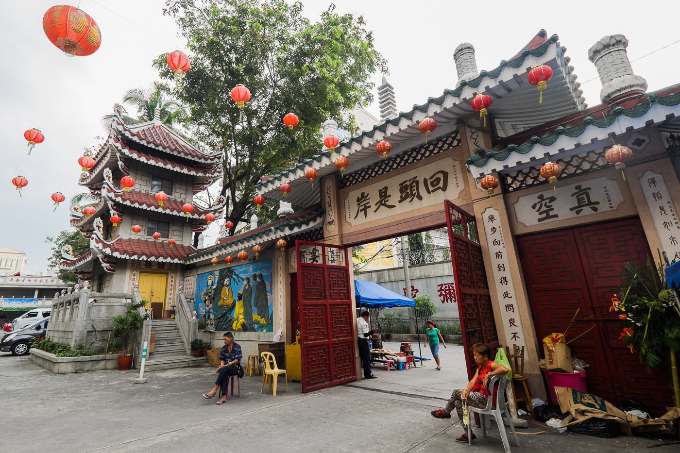 The Thousand Buddha Temple offers a peek into Buddhism and Chinese culture. During Chinese New Year's Eve, many people gather in prayer at the different temples.