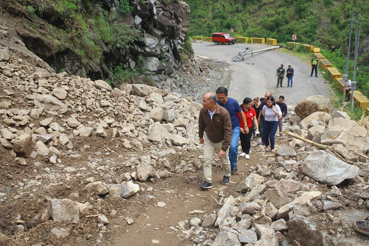 KENNON ROAD. Baguio Mayor Benjamin Magalong leads a surprise inspection of a portion of Kennon Road blocked by a landslide on August 16, 2019. Photo courtesy of Baguio City PIO