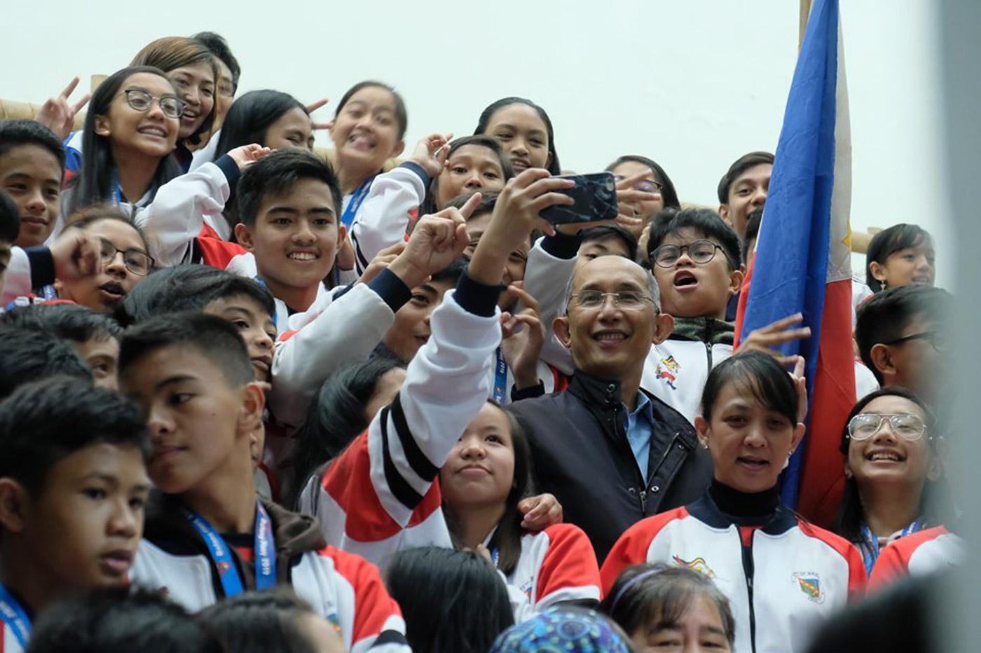 BAGUIO CHIEF. Baguio Mayor Benjamin Magalong with students. Photo courtesy of Baguio City PIO