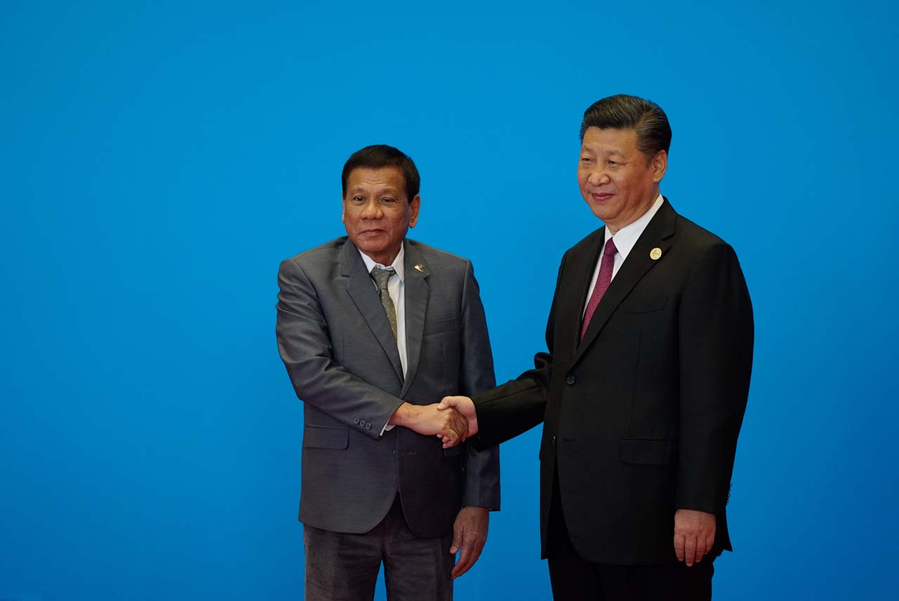 SUPPORTING CHINA'S INITIATIVE. Philippine President Rodrigo Duterte is welcomed by Chinese President Xi Jinping in time for the first session of the Leaders' Roundtable Summit. Malacau00f1ang photo