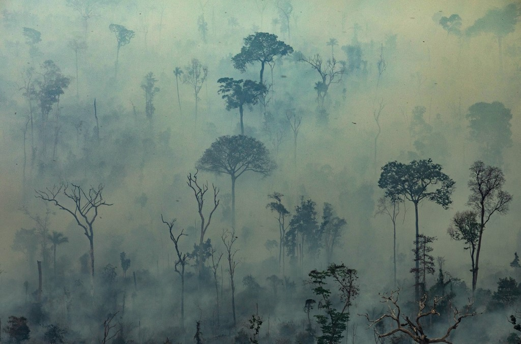 AMAZON ON FIRE. Handout aerial picture released by Greenpeace showing smoke billowing from fires in the forest in the Amazon biome in the municipality of Altamira, Para State, Brazil, on August 23, 2019. AFP PHOTO / GREENPEACE / VICTOR MORIYAMA