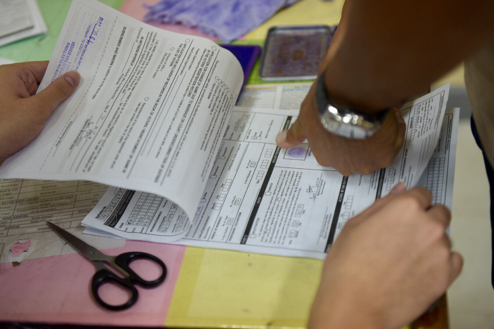 REGISTER. Voters trying to beat the September 29 registration deadline rush to the Comelec office in Arroceros, Manila on September 28, 2018. Photo by LeAnne Jazul/Rappler