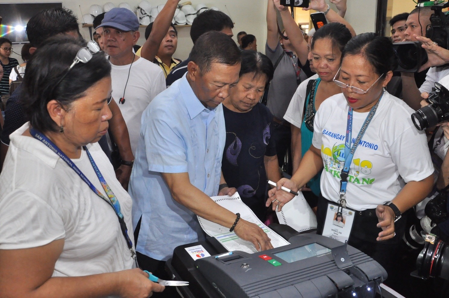 REJECTED. Ex-vice president Jejomar Binay tries to load his ballot into the vote-counting machine at San Antonio National High School on May 13, 2019. Photo by Jay Ganzon/Rappler