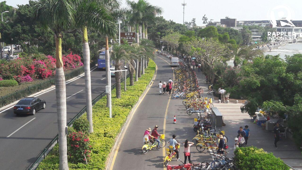 JALUR SEPEDA. Xiamen termasuk kota-kota di Tiongkok yang mengampanyekan penggunaan sepeda bagi transportasi publik. Hal itu tidak heran karena Tiongkok merupakan penyumbang gas emisi tertinggi di dunia. Foto oleh Uni Lubis/Rappler