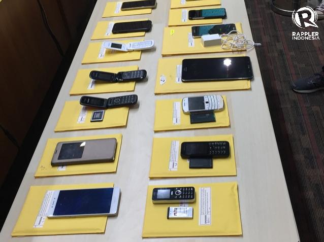 DILELANG. Belasan ponsel yang dilelang Komisi Pemberantasan Korupsi (KPK) pada Jumat, 24 November. Foto oleh Santi Dewi/Rappler