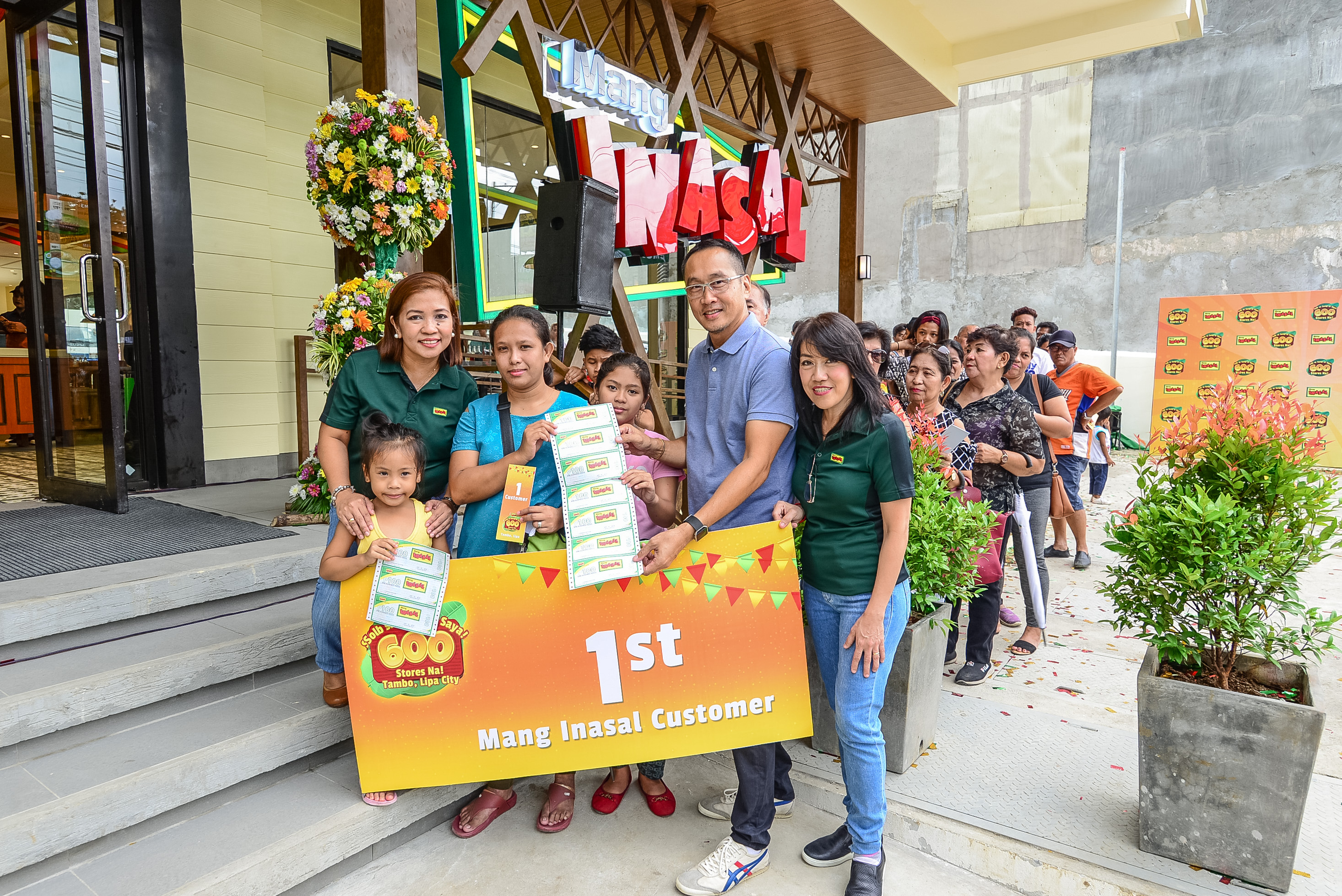 The first customer of Mang Inasalu2019s 600th store with (L-R) Operations Director Lucy Salazar, Managing Director Eugene Reyes, and Mang Inasal Regional Business Unit Head for South Luzon Lelette Minerales