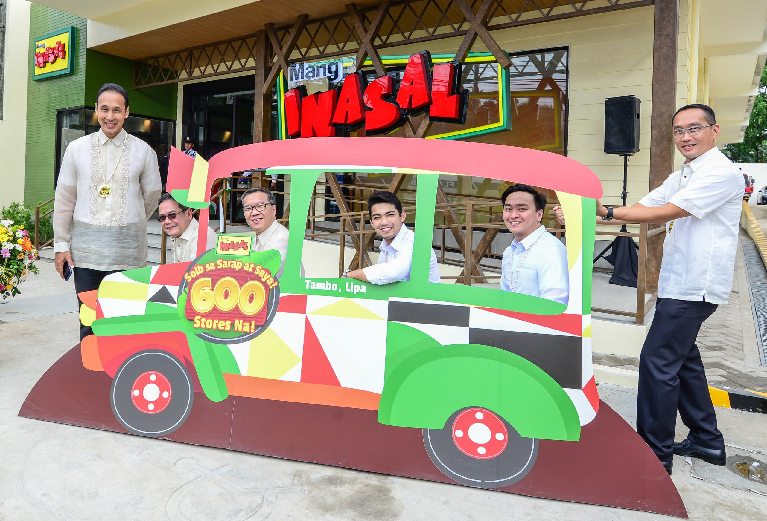 Lipa City Vice Mayor Mark Luancing (center) and Atty. Willy Rivera (second to the right) pose for a posterity shot at the Mang Inasal jeepney. They are joined by JFC Country Business Group Head for the Philippines Joseph Tanbuntiong (third from left), MI Business Unit Head Jojo Subido (second from left) and Franchisee Eric Reyes (left) and Managing Director Eugene Reyes.
