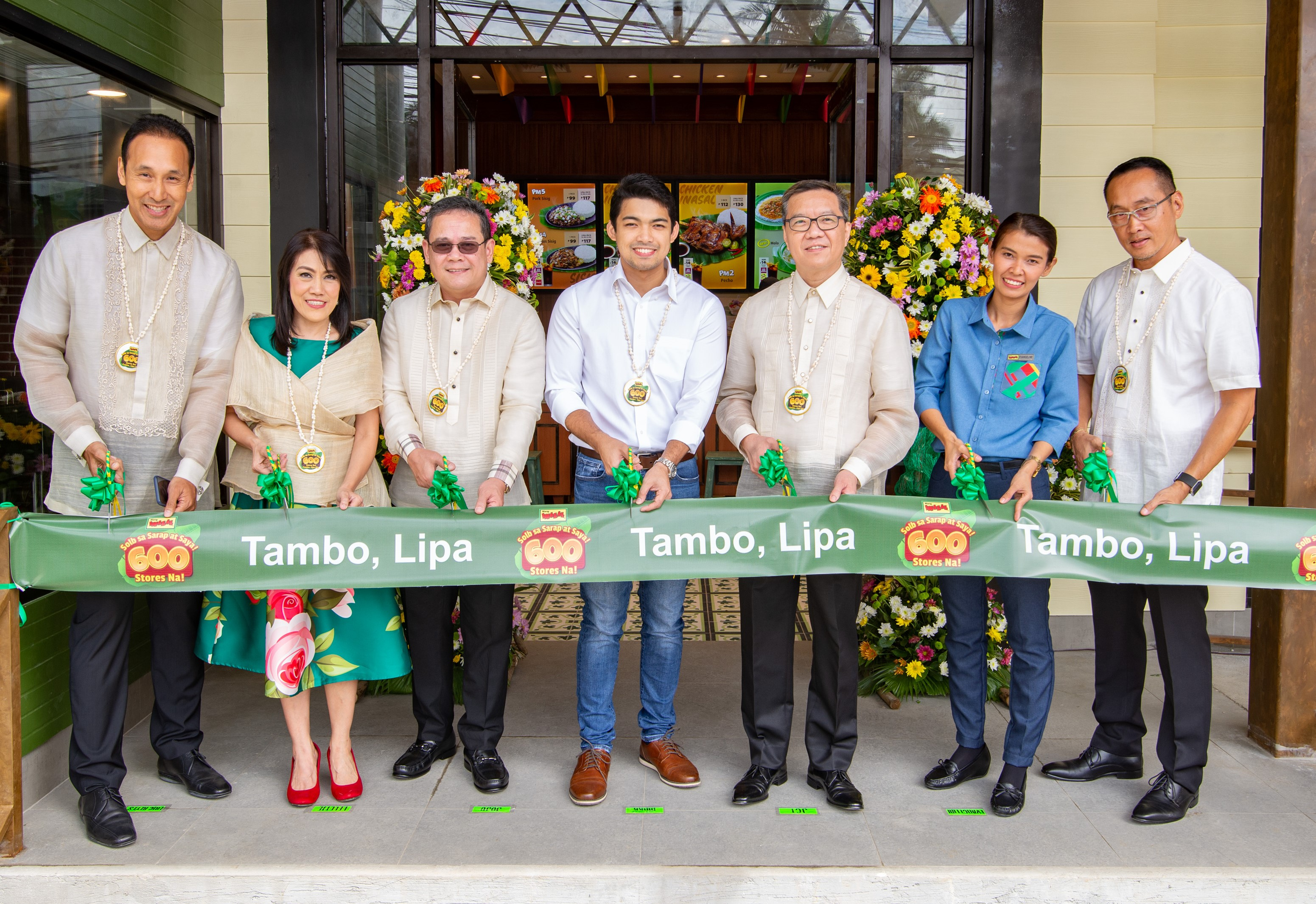 Lipa City Vice Mayor Mark Aries Luancing (center) leads the ribbon-cutting ceremony of Mang Inasalu2019s (MI) 600th store in Tambo, Lipa, Batangas. He is accompanied by JFC Country Business Group Head for the Philippines Joseph Tanbuntiong (third from right), MI Business Unit Head Jojo Subido (third from left), and (from left) Franchisee Eric Reyes, MI South Luzon RBU Head Lelette Minerales, Restaurant Manager Evangeline Ebora, and Managing Director Eugene Reyes.