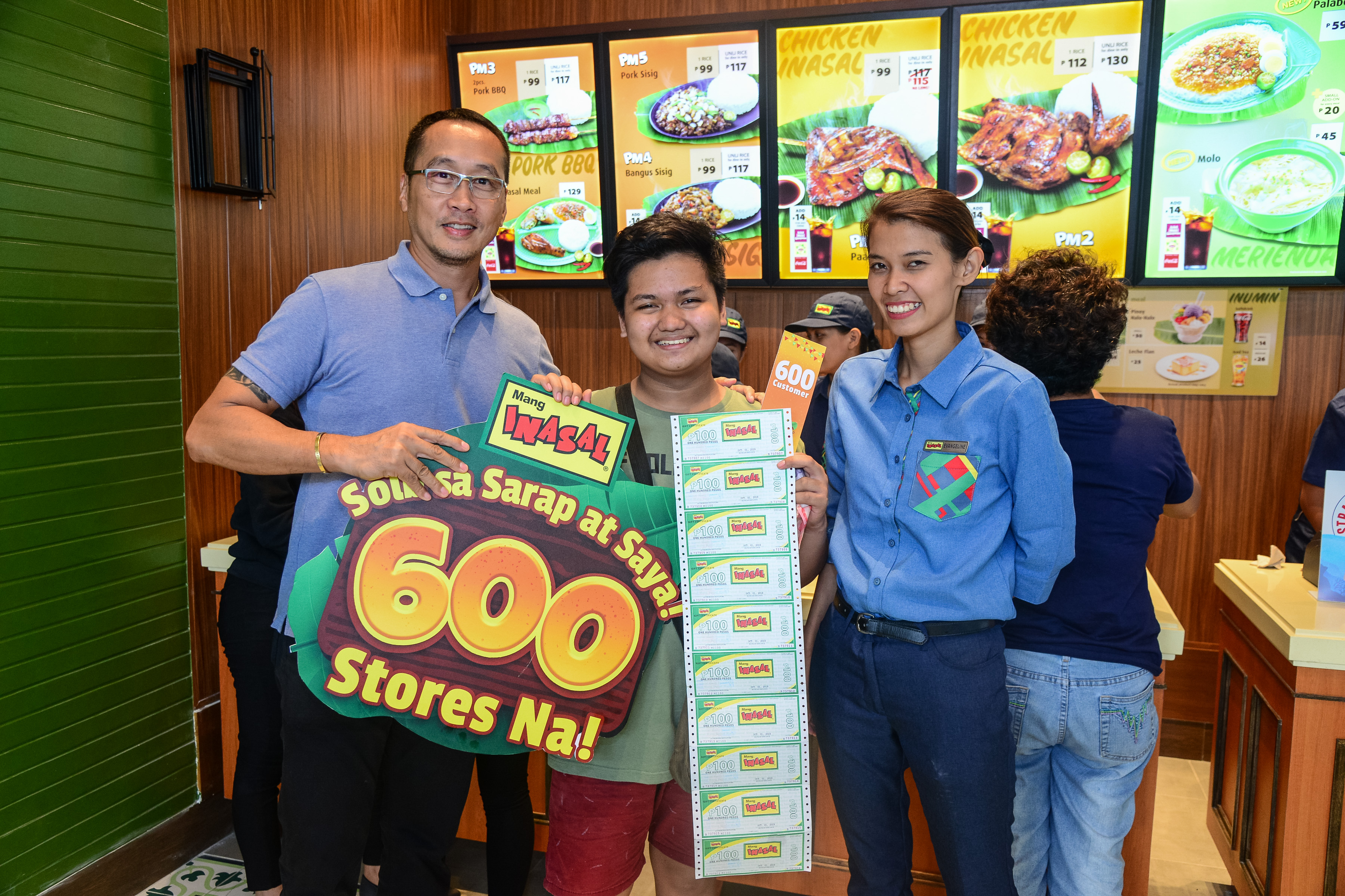 The lucky 600th customer of Mang Inasal beams with the Managing Director Eugene Reyes (left) and Restaurant Manager Evangeline Ebora (right)