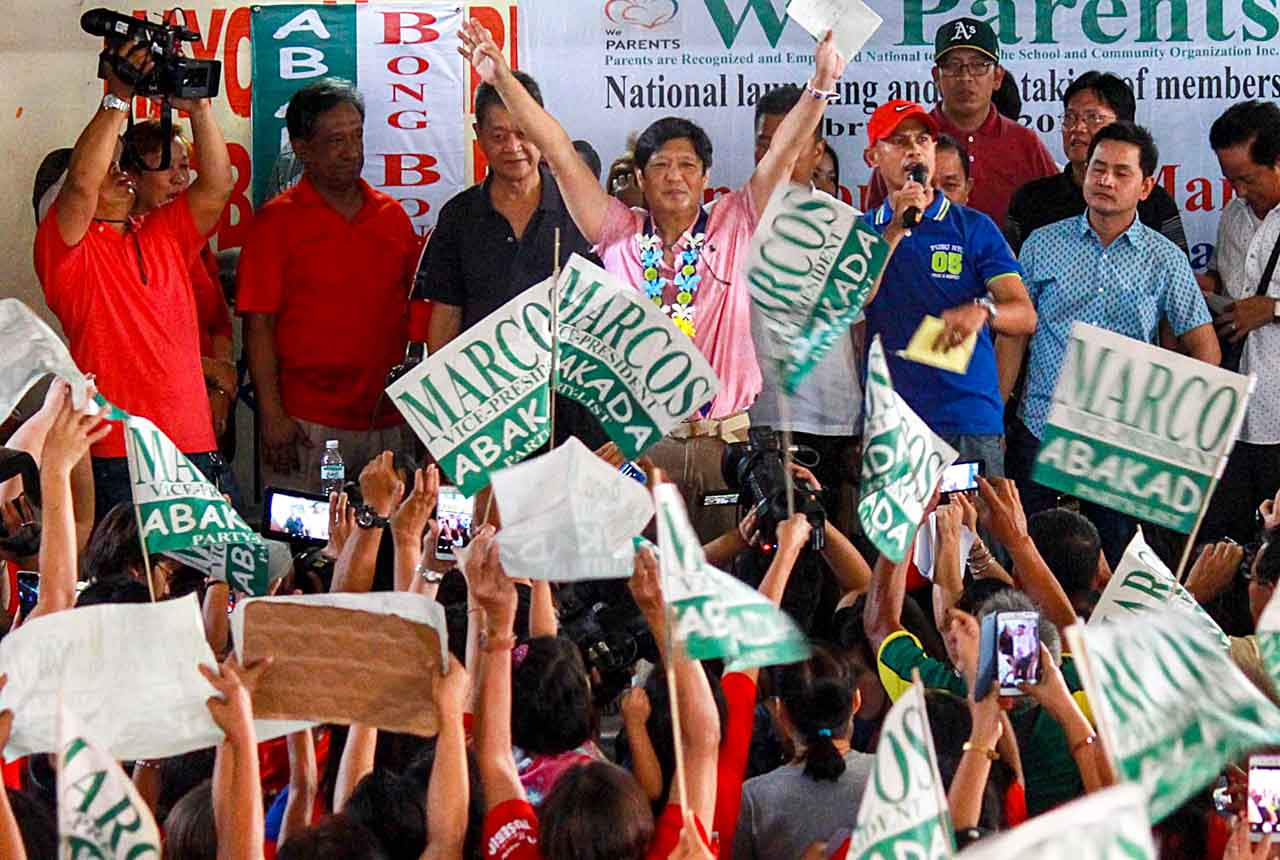 WARM WELCOME. Supporters welcome Vice Presidentiable Bongbong Marcos Tuesday at Barangay Maybunga in Pasig City during his campaign sortie. Photo by Joel Liporada/Rappler