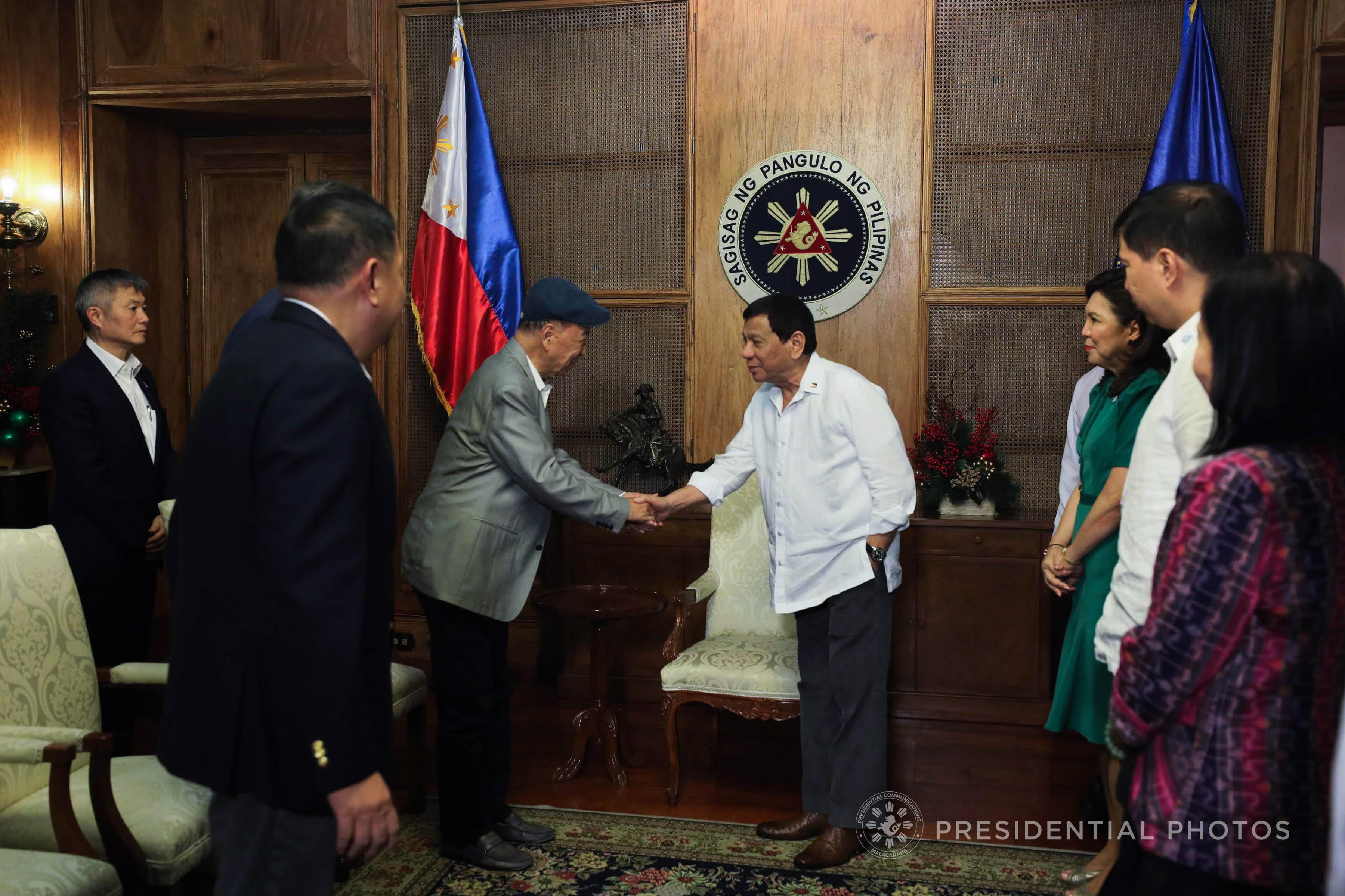 MEETING IN PALACE. President Rodrigo Duterte greets Galaxy Entertainment Group Limited Chairman Dr Lui Che Woo who in Malacau00f1ang Palace onu00a0December 6, 2017. Malacau00f1ang file photo