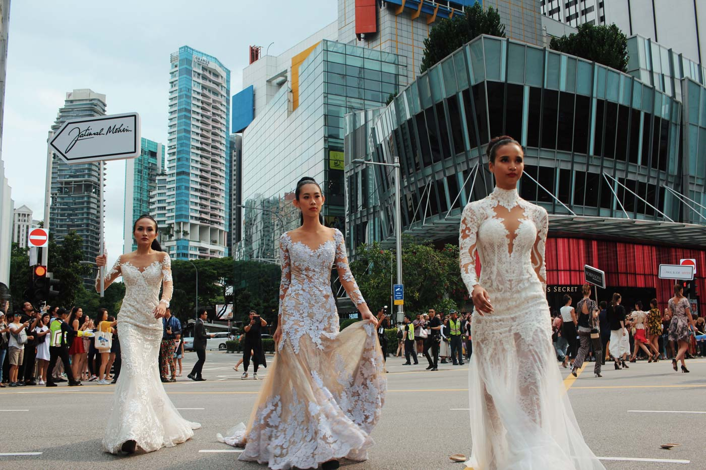 FASHION SCRAMBLE. To open GSS Experience Singapore, a hundred models took to Orchard Road and turned it into a fashion runway. All photos by Tristan Zinampan/Rappler
