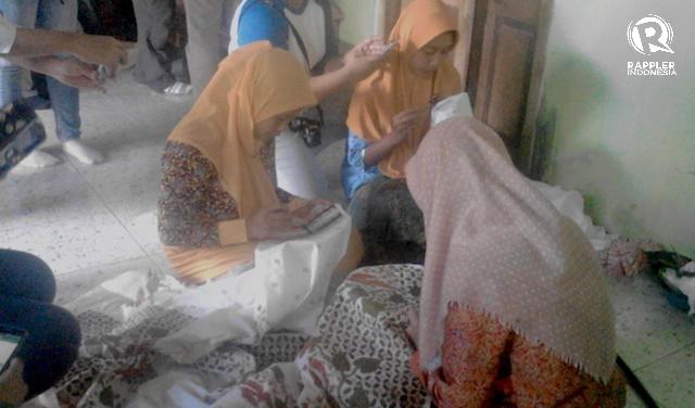 MEMBATIK. Para perajin batik di Kampung Batik Bina Lestari, yang terletak di Desa Mendalan Kecamatan Winongan Kabupaten Pasuruan. Foto oleh Syarifah Fitriani/Rappler