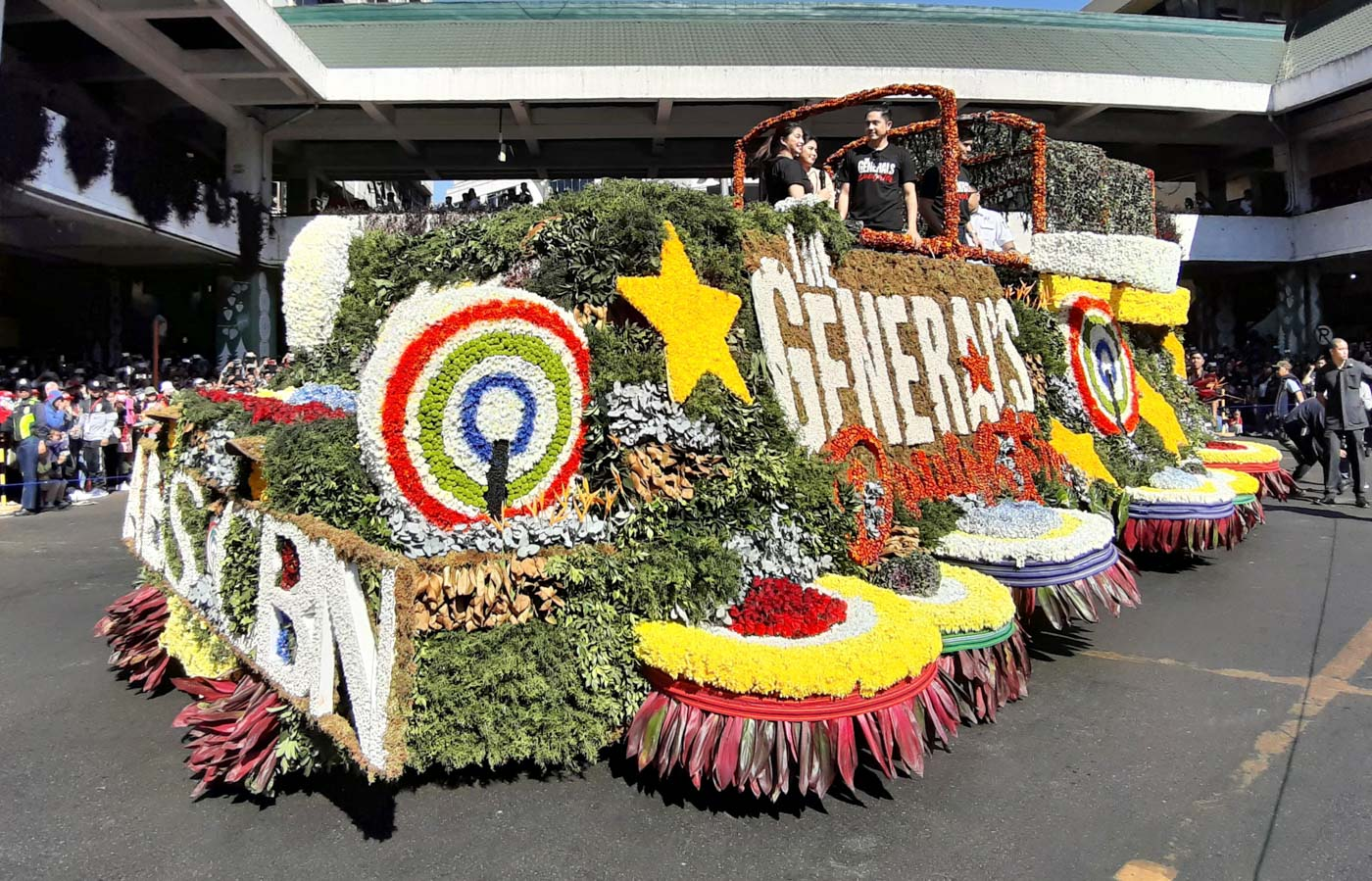ABS-CBN FLOAT. Angel Locsin and Paulo Avelino lead the cast of 'The General's Daughter' in the ABS-CBN float.