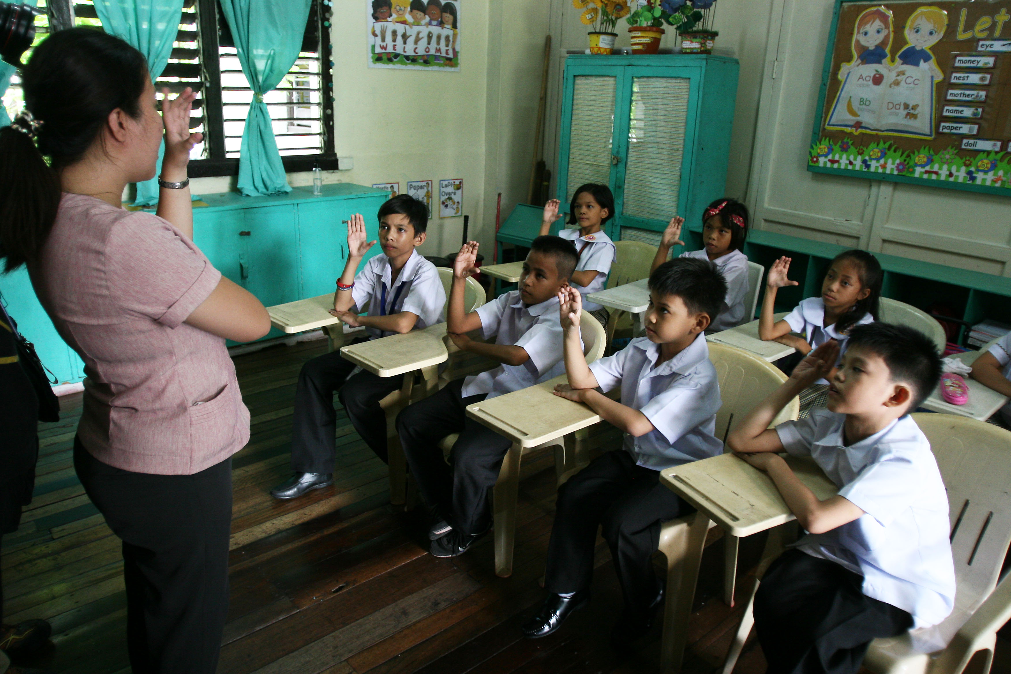 SIGN LANGUAGE. Deaf students recite the alphabet in sign language during the opening of classes at the Philippine School for the Deaf in Pasay City on June 5, 2017. Photo by Ben Nabong/Rappler