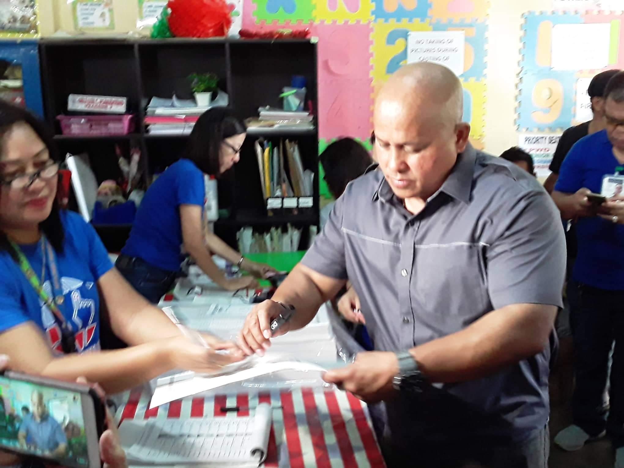 DAVAO DEL SUR. Former police chief and senatorial candidate Ronald Dela Rosa votes in his precinct in barangay Bato in Sta. Cruz, Davao Del Sur. Photo by Dolritz Ilego