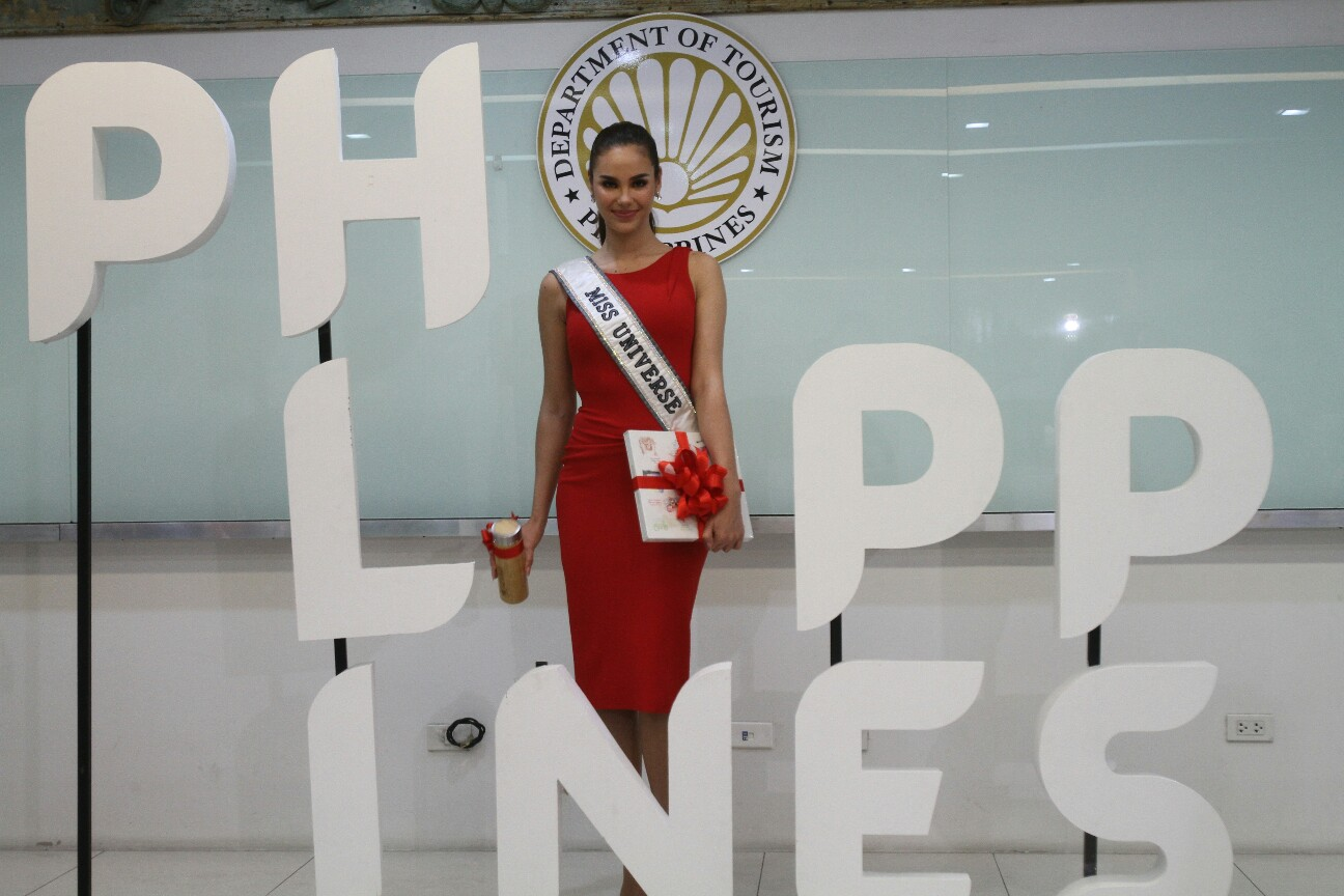 STANDEE. Miss Universe 2018 Catriona Gray poses with the Philippines standee and holding the gifts given by Sec. Bernadette Romulo-Puyat  Photo by Inoue Jaena/Rappler