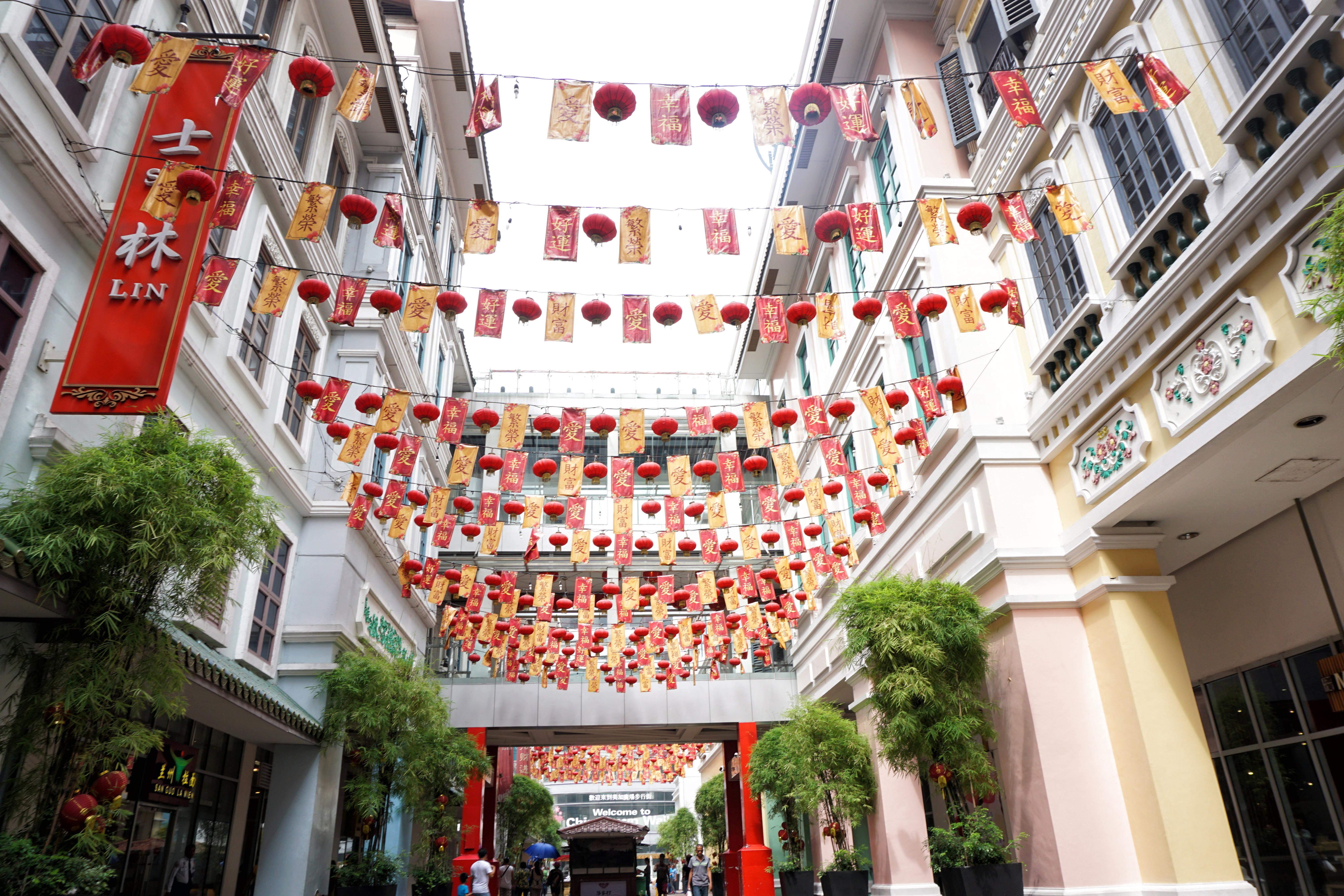 CHINESE CONNECTION. Symbols of Chinese culture are evident in Binondo, the worldu00e2u0080u0099s oldest Chinatown. Photo by Louie Lapat