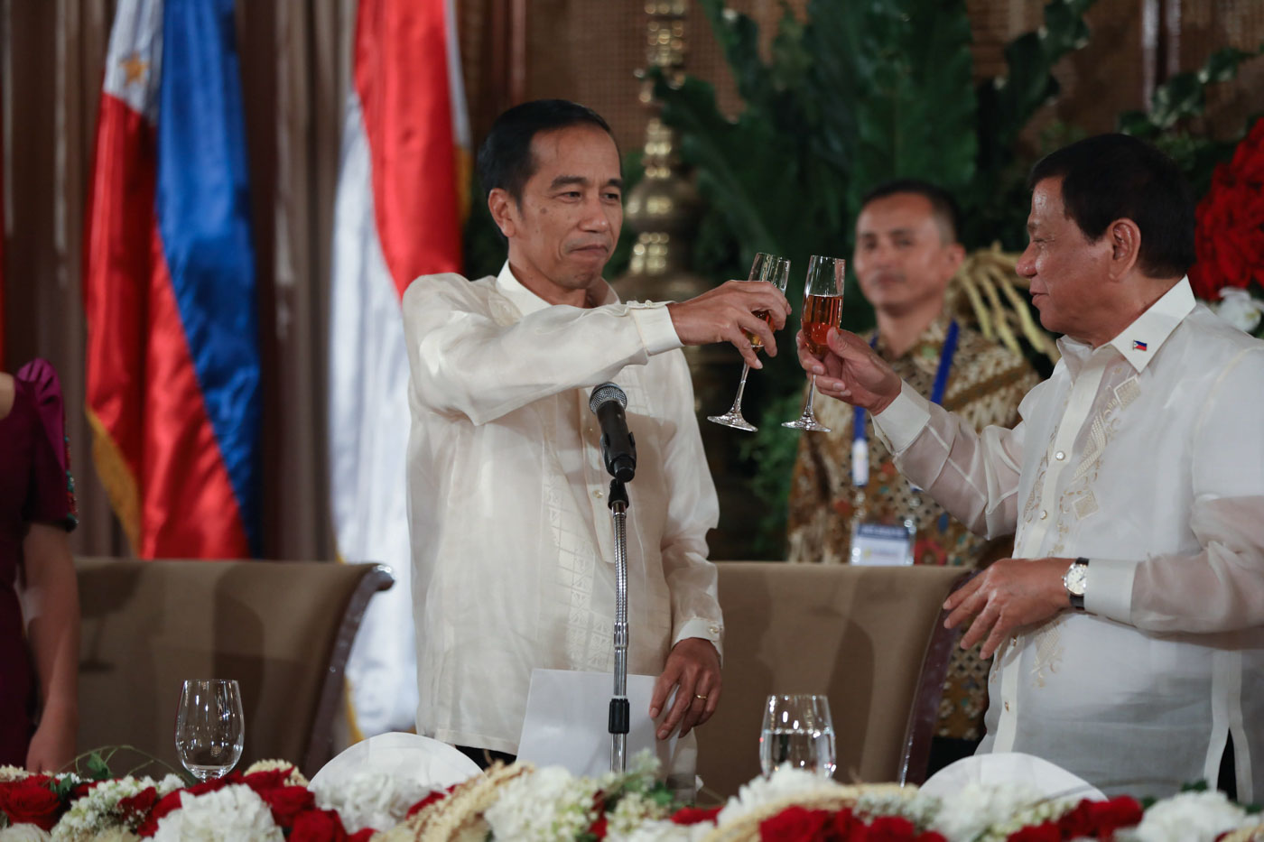 SOCIALS IN THE PALACE. President Rodrigo Duterte and Indonesia President Joko Widodo bring their glasses together during the state banquet held in Malacau00f1ang. Malacau00f1ang photo